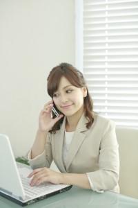 パソコン&スマホをする女性